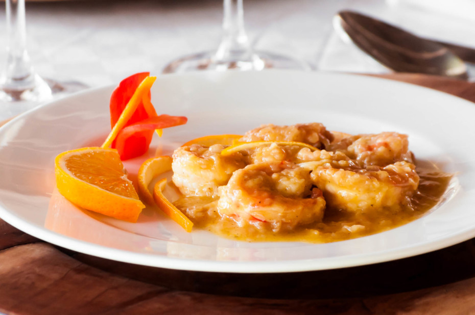 Orange-flavored prawns. Prawns dusted with flour and cooked with orange juice